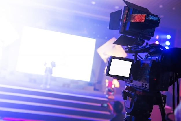 Caméscope travaillant dans la soirée d'affaires Photo Premium