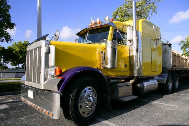 Camion américain jaune avec acier inoxydable Photo Premium