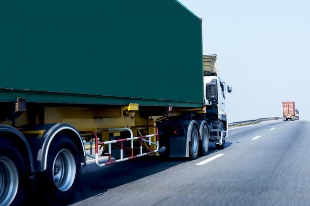 Camion Sur Autoroute Avec Conteneur Vert, Transport Sur Autoroute Photo Premium