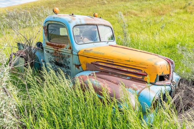 Camion Bleu Et Jaune Antique Abandonné Dans Les Hautes Herbes Photo Premium
