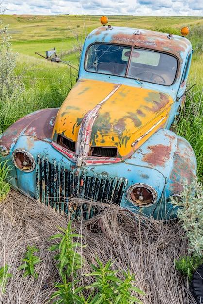 Camion Bleu Et Jaune Antique Abandonné Photo Premium