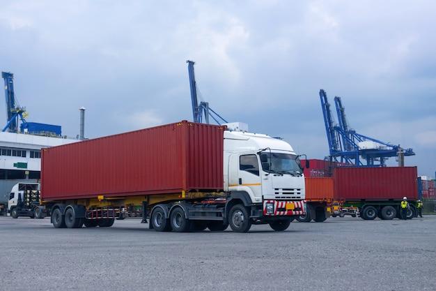 Camion Conteneur Rouge Dans Le Port Du Navire Logistique Photo Premium
