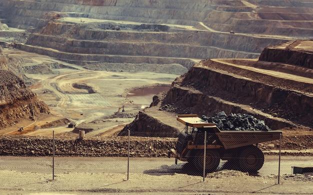 Camion Dans La Mine Photo Premium