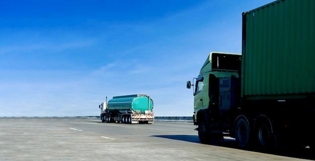 Camion à essence ou à huile sur un conteneur routier Photo Premium