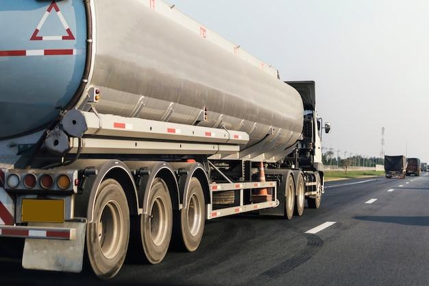 Camion de gaz ou de pétrole sur le conteneur routier d'autoroute, importation, exportation transport logistique Photo Premium