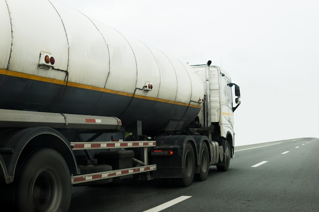 Camion de gaz ou de pétrole sur le transport routier, concept de transport. Photo Premium