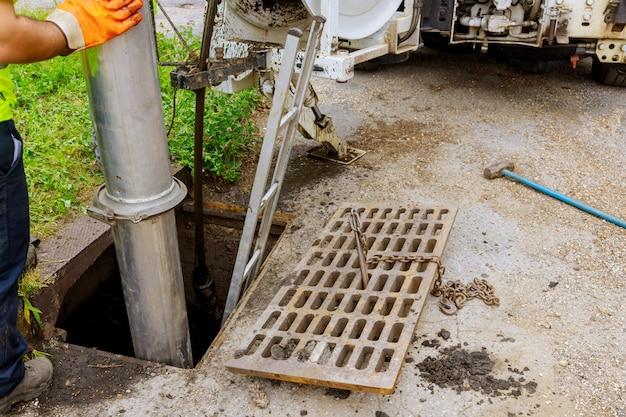 Camion De Nettoyage Industriel Des Eaux Usées Nettoyer Le Blocage Dans Une Canalisation D'égout. Photo Premium