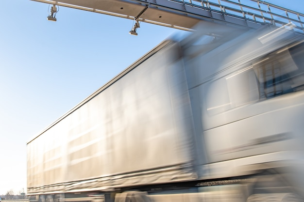 Camion Passant Par Une Barrière De Péage Sur Une Autoroute à Péage Photo Premium
