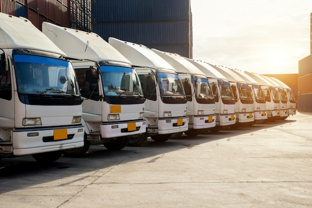 Camion porte-conteneurs dans le dépôt à porrt. logistique import export concept fond et transport industrie Photo Premium