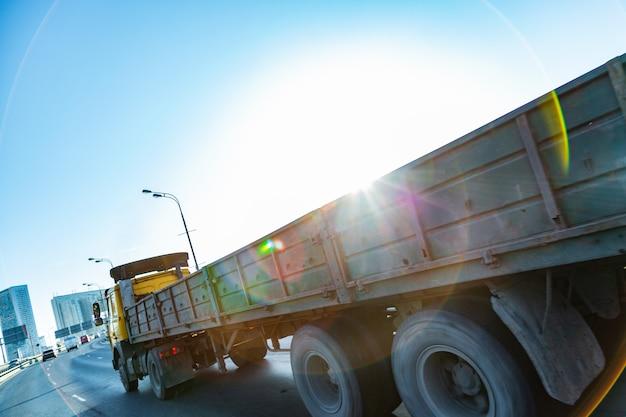 Camion Sur Route Au Lever Du Soleil Photo Premium