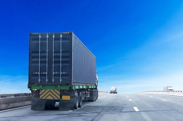 Camion sur route avec conteneur bleu, transport industriel logistique Photo Premium