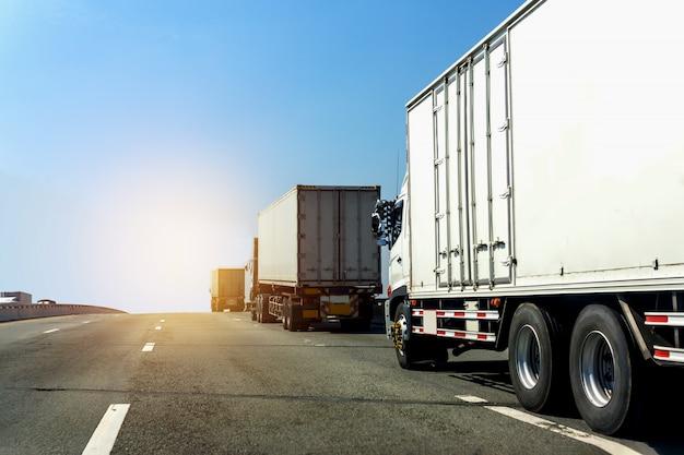 Camion sur route avec conteneur, logistique industrielle avec un ciel bleu Photo Premium