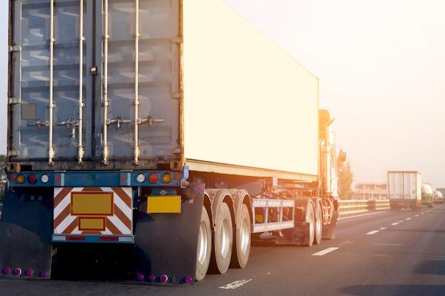 Camion sur route avec conteneur. logistique industrielle transport transport terrestre Photo Premium