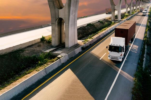 Camion, sur, route, à, conteneur rouge, transport, sur, les, asphalte, autoroute, à, les, ciel, lever soleil Photo Premium
