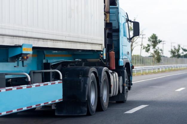 Camion, sur, route, à, conteneur, transport, sur, les, asphalte, autoroute Photo Premium
