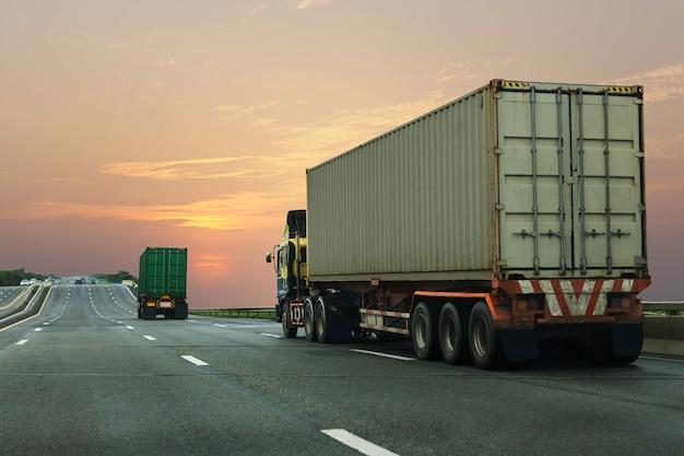Camion sur route avec conteneur. Photo Premium