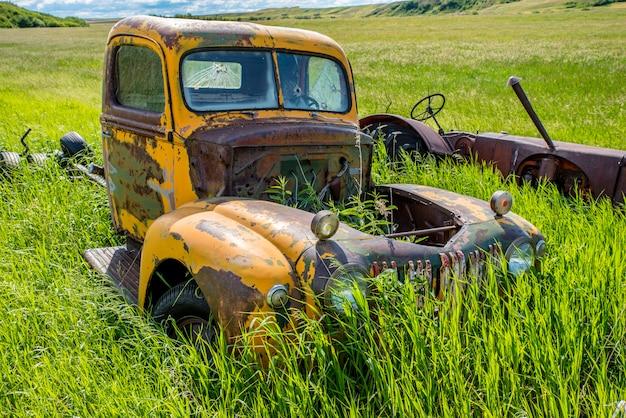 Camion Et Tracteur Jaune Antique Abandonné Dans Les Hautes Herbes Photo Premium