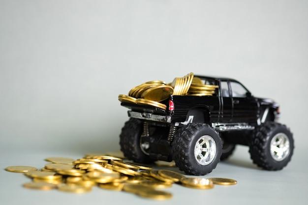 Camionnette Miniature Avec Des Piles De Pièces Photo Premium