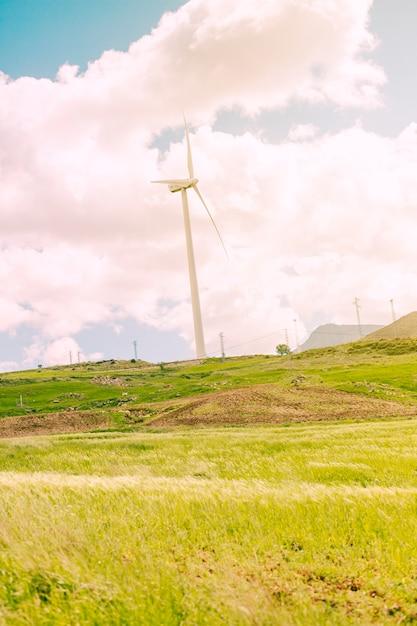 Campagne pittoresque avec des moulins à vent Photo gratuit