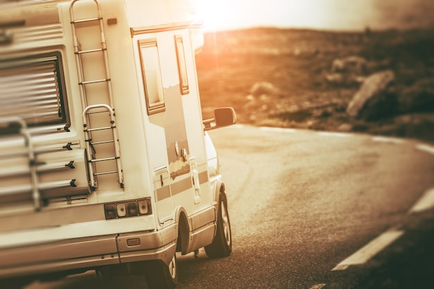 Camper van on the road Photo gratuit