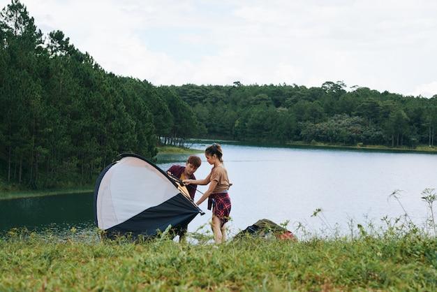 Camping au bord de la rivière Photo gratuit