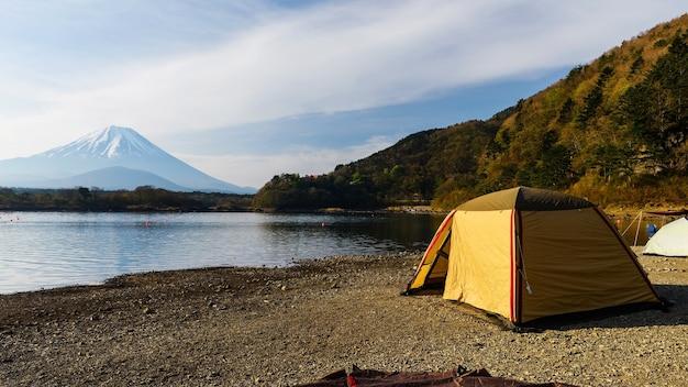 Camping au lac shoji avec vue sur le mont fuji, japon Photo Premium