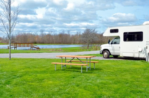 Camping-car En Camping-car, Voyage De Vacances En Famille, Voyage De Vacances En Camping-car Photo Premium