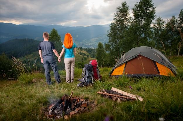 Camping. couple amoureux, dos, feu, sacs à dos, tente Photo Premium