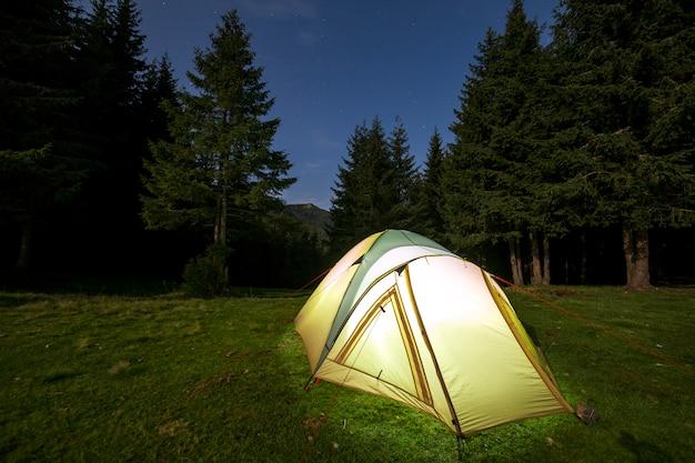 Camping d'été la nuit. Photo Premium