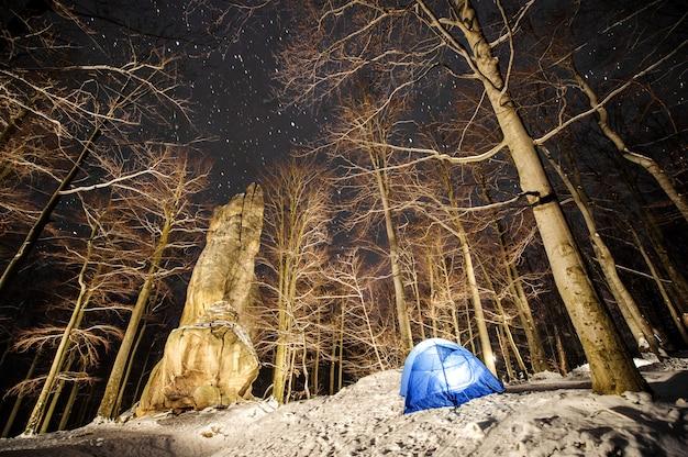 Camping d'hiver dans les montagnes. photographie de nuit Photo Premium