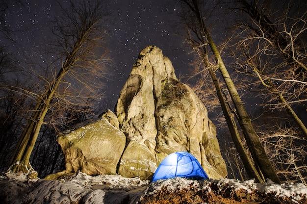 Camping d'hiver dans les montagnes. Photo Premium