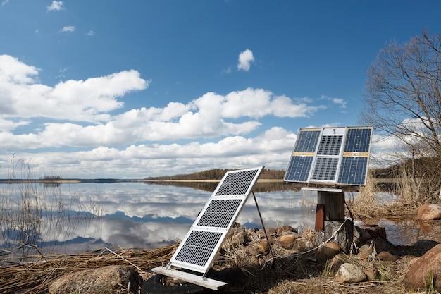 Camping des panneaux solaires sur le rivage. Photo Premium