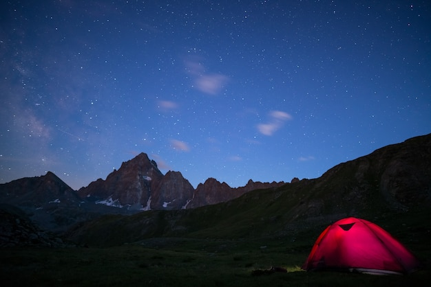 Camping sous ciel étoilé et voie lactée en altitude sur les alpes. Photo Premium