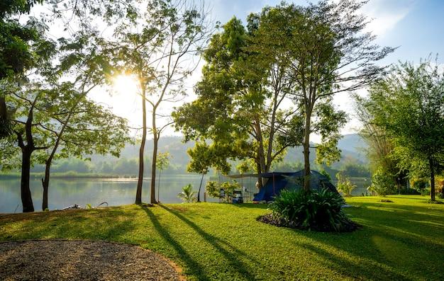 Camping et tente dans un parc naturel avec coucher de soleil Photo Premium