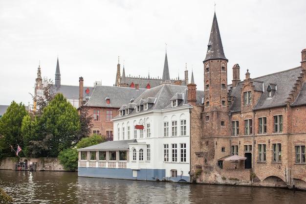 Canal Avec Un Beau Reflet Dans Le Lac De L'amour De La Ville De Bruges Photo Premium