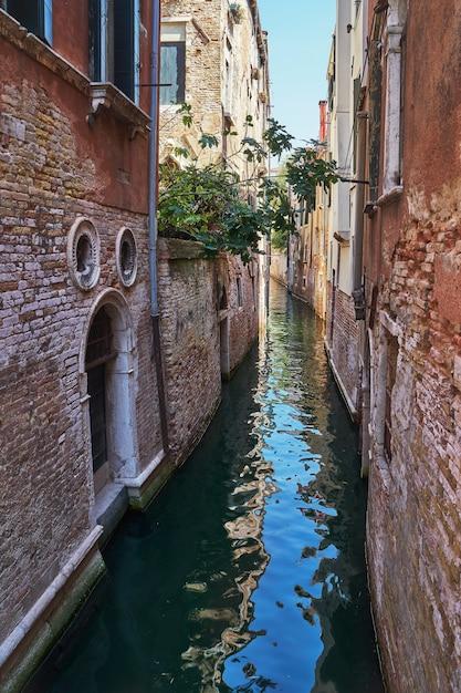 Canal étroit traditionnel à venise, en italie. Photo Premium