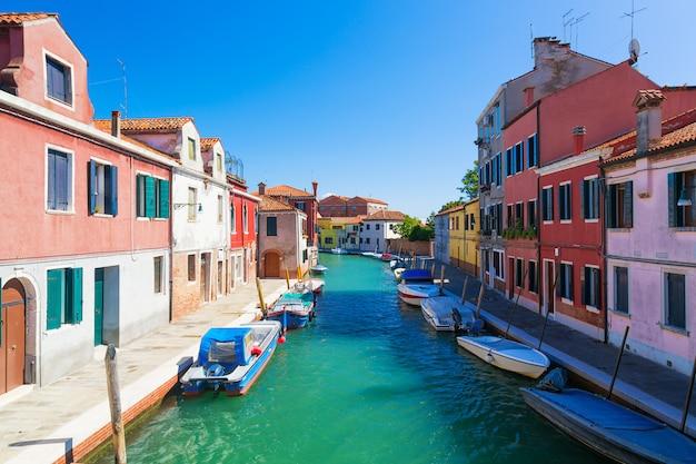 Canal De L'île De Murano, Maisons Colorées Et Bateaux Pendant La Journée D'été Avec Un Ciel Bleu En Italie. Photo Premium