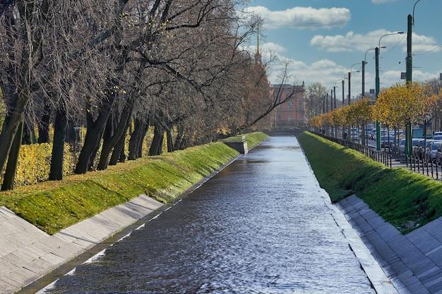 Canal De La Ville Près Du Jardin D'été à L'automne Par Une Journée Ensoleillée. Russie, Paysage Urbain De Saint-pétersbourg Photo Premium