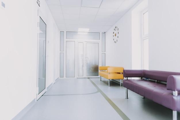 Canapé de couloir d'ameublement pour salle d'urgence vide. Photo Premium