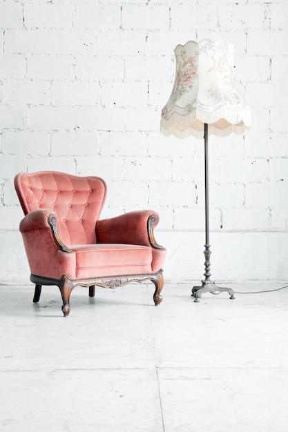 Canapé avec lampe de bureau dans la chambre vintage Photo Premium