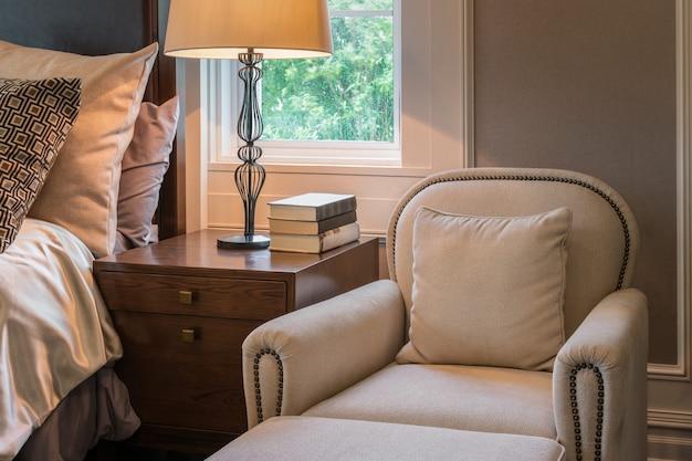 Canapé de luxe à l'intérieur d'une chambre de style classique Photo Premium