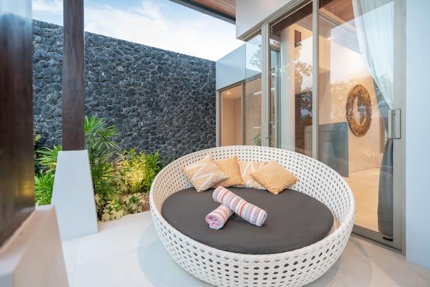 Canapé à la piscine villas Photo Premium