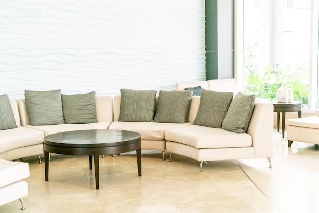Canapé vide avec oreiller dans le hall de l'hôtel Photo Premium
