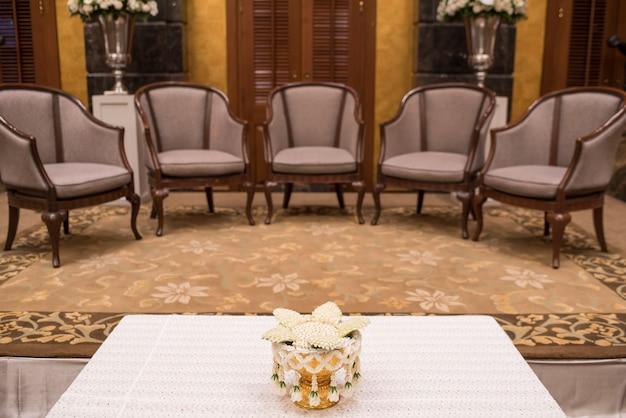 Canapés de luxe dans le salon de l'hôtel avec éclairage de nuit. Photo Premium
