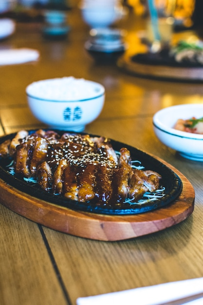 Canard croquant coréen avec sauce au miel et sésame Photo gratuit
