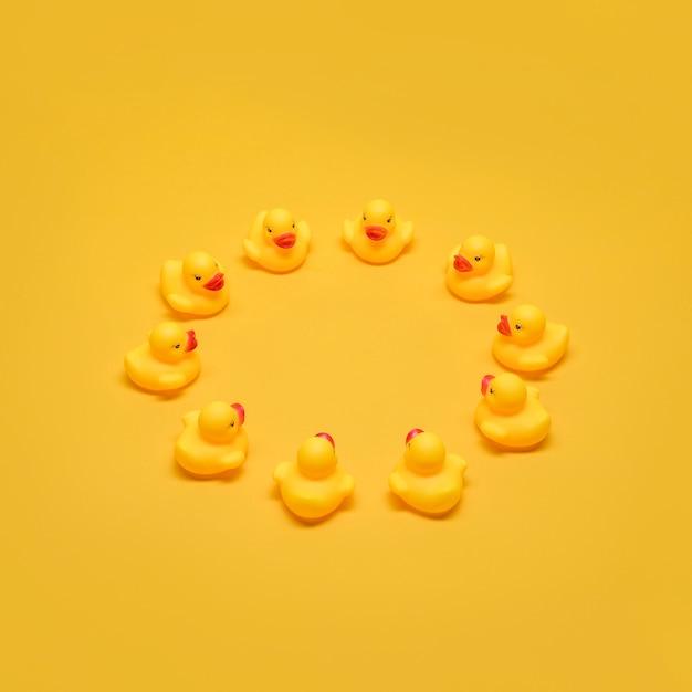 Canards de bain formant un cercle Photo gratuit