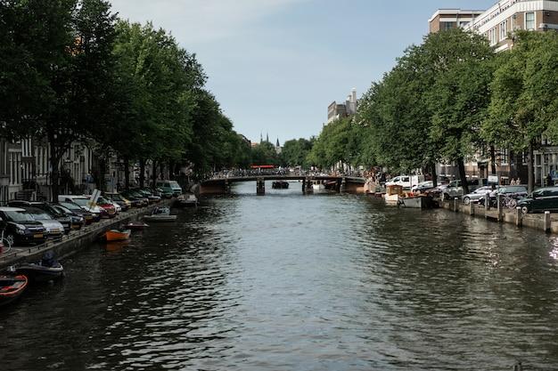 Canaux d'amsterdam, bateaux marchent sur l'eau Photo gratuit