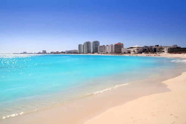 Cancun beach view from turquoise caribbean Photo Premium