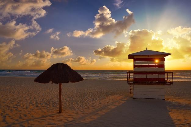 Cancun sunrise at delfines beach, mexique Photo Premium