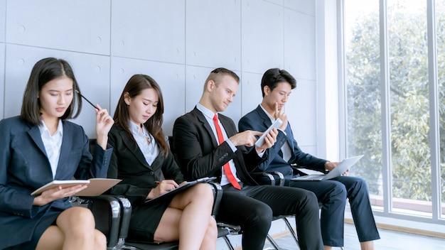 Le candidat est assis pour se préparer à un entretien d'embauche dans une entreprise publique. Photo Premium